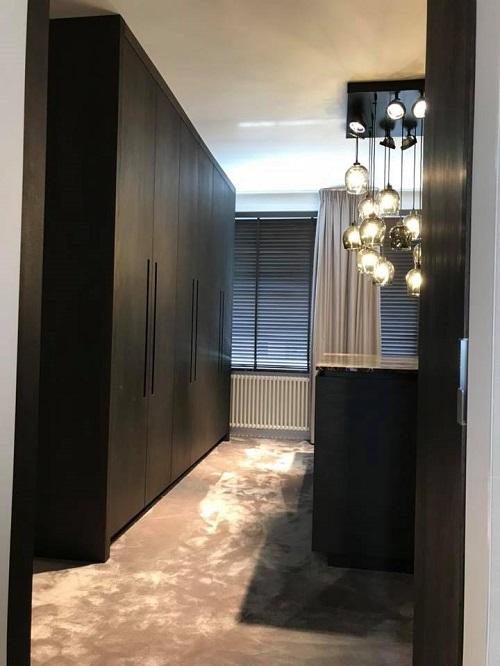 inloopkast-notenhout-mark-wilbrink-interieurs-wormerveer